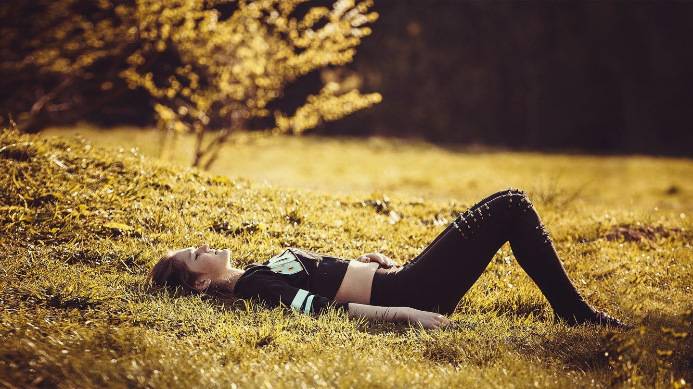 girl-lying-on-the-grass-1741487_1920